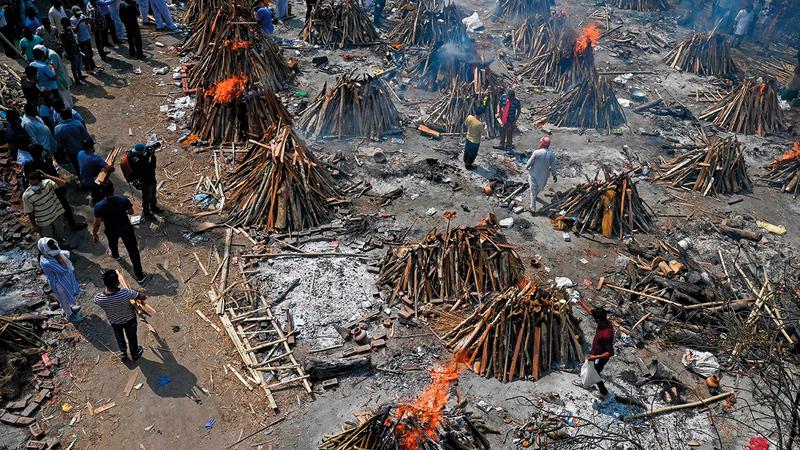 الإعلام الغربي ركّز على حالات حرق جثث الموتى نتيجة الموجة الثانية من «كورونا» وهي مشاهد لا تُنشر من داخل العالم الغربي.   أ.ف.ب