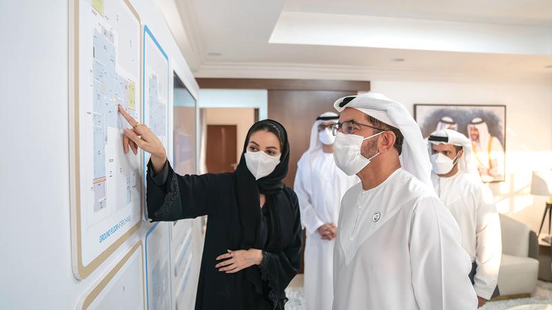 حمدان بن زايد استمع إلى شرح حول مواصفات البناء المعتمدة في المشروع ومزايا التصاميم الخارجية والداخلية.   وام