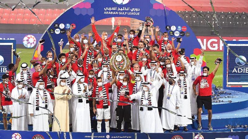 فرحة كبيرة للاعبي الجزيرة بعد إنهاء الموسم أبطالاً.  تصوير: إريك أرازاس