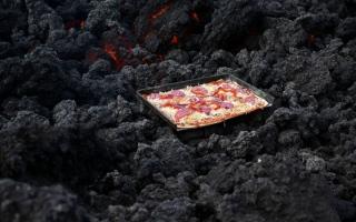 الصورة: بيتزا على فوهة بركان ثائر