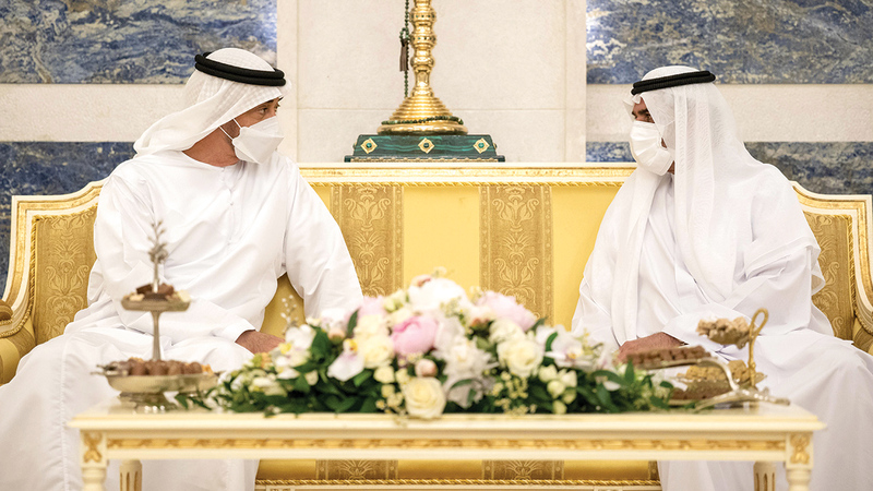 محمد بن زايد وحاكم الفجيرة يتبادلان حديثاً ودّياً أخوياً.  وام