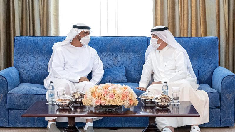 محمد بن زايد وحاكم أم القيوين خلال تبادلهما الأحاديث الأخوية الودية.  وام