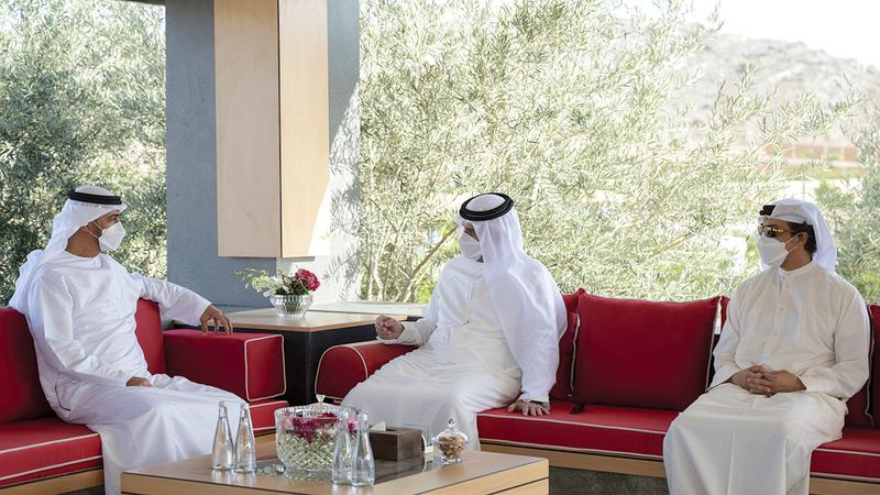 محمد بن زايد خلال زيارته حاكم رأس الخيمة بحضور منصور بن زايد.   وام