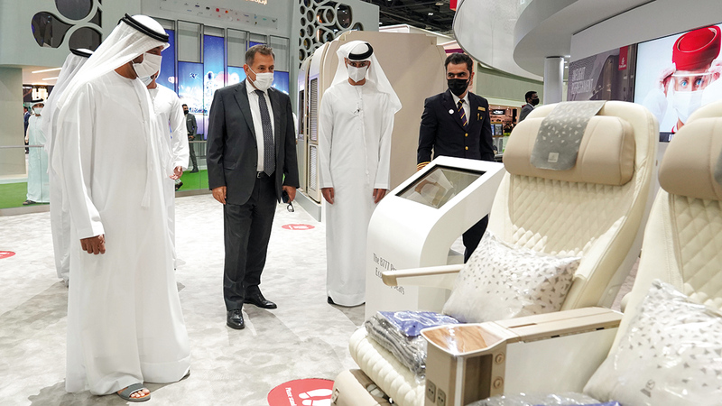 أحمد بن سعيد تفقّد عدداً من أجنحة المعرض.  من المصدر
