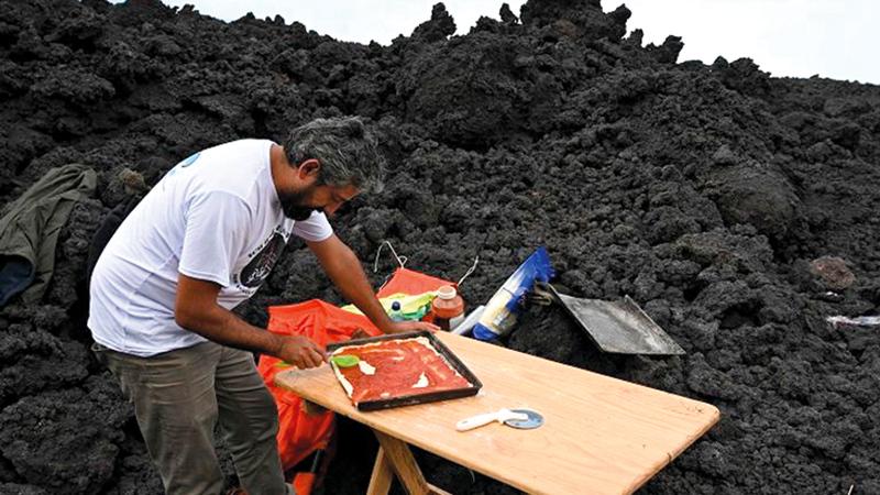 مطبخ غارسيا نقطة جذب للسيّاح الذين يرغبون في تسلق البركان الضخم.   أ.ف.ب