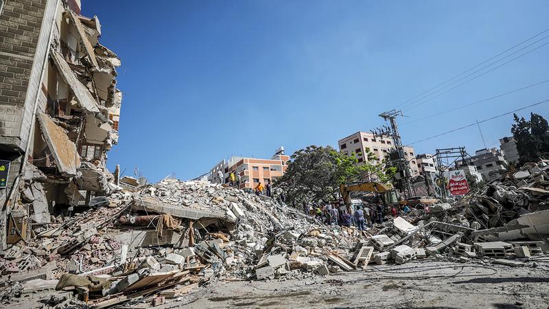 البحث عن ناجين وسط أنقاض المنازل التي دمّرتها إسرائيل في غزة.   إي.بي.إيه