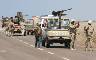 الصورة: الحوثيون يقصفون سوقاً شعبية في الدريهمي بطائرة مسيرة