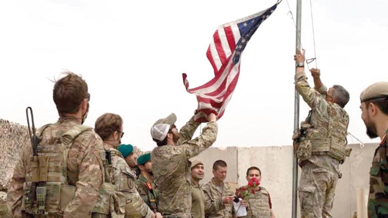 مراسم التسليم والتسلّم بين القوات الأميركية والقوات الأفغانية بمعسكر أنثونيك في أفغانستان إيذاناً بالانسحاب الأميركي المزمع.    رويترز
