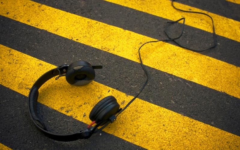 """الصورة: """"فورد"""" تكشف عن مخاطر صادمة لاستخدام السماعات أثناء القيادة"""