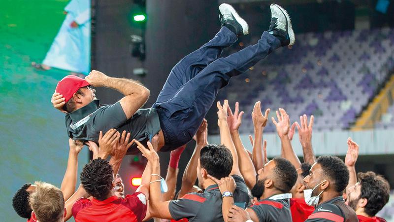 نجوم شباب الأهلي يحتفلون بالمدرب مهدي علي بعد الفوز بكأس رئيس الدولة.   الإمارات اليوم