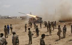 الصورة: القوات المشتركة تدمّر ثكنات ومواقع للحوثيين في الساحل الغربي
