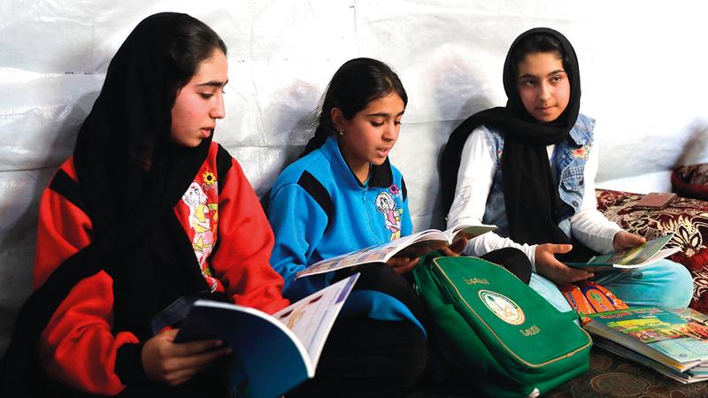 أمل وهند وسارة يبكين وهن يسردن حكايتهن المؤلمة مع التعليم عن بُعد.   أ.ف.ب