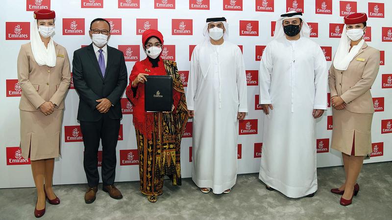 ممثلو «طيران الإمارات» ووزارة السياحة الإندونيسية خلال التوقيع على مذكرة التفاهم.   من المصدر