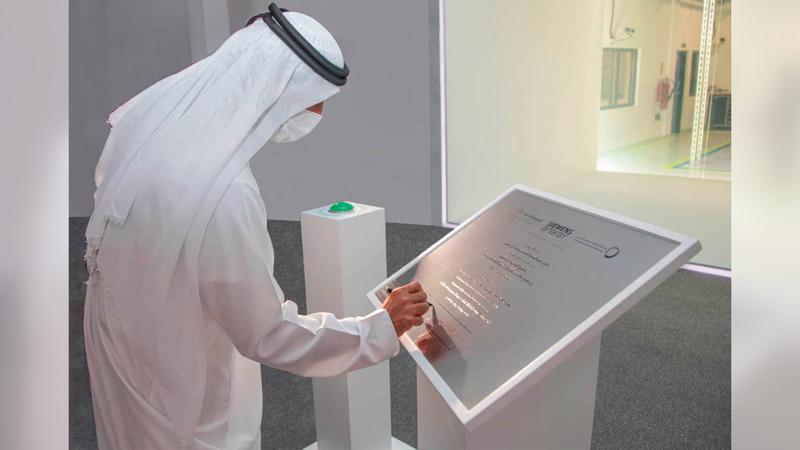أحمد بن سعيد خلال تدشين مشروع «الهيدروجين الأخضر».  وام