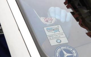 الصورة: 4 مهارات بسيطة لإزالة الملصقات عن زجاج السيارة بصورة آمنة
