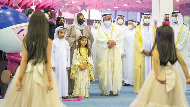 سلطان القاسمي شاهد عرضاً لأطفال الشارقة حول القراءة خلال افتتاح المهرجان. من المصدر