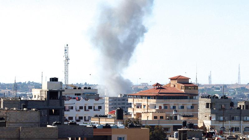 أعمدة الدخان تتصاعد بعد غارة إسرائيلية على محافظة رفح جنوب قطاع غزة.   أ.ف.ب