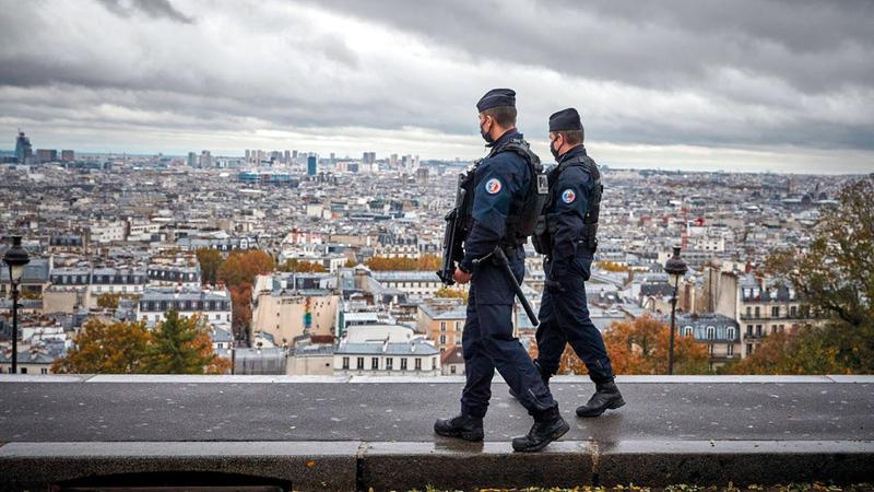 رقابة الشرطة لدرجة التزام المواطنين بالإجراءات الاحترازية تثير حنق الفرنسيين.  أرشيفية