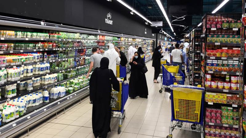 مستهلكون ركّزوا بشكل أكبر على السلع الأساسية.   تصوير: أحمد عرديتي