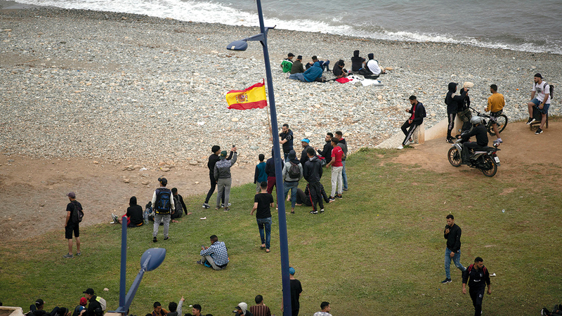 فتيان مغاربة يحاولون قطع الحدود إلى مدينة سبتة.  أ.ب