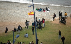 الصورة: قُصّر من مختلف الأعمار تحملهم موجة الهجرة نحو سبتة