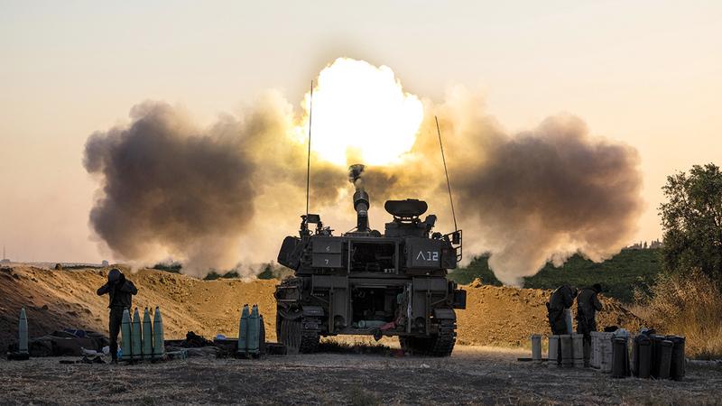 وحدة مدفعية إسرائيلية تلقي قذائف باتجاه أهداف في قطاع غزة.  أ.ب