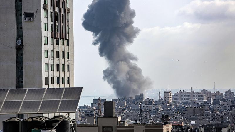 أعمدة الدخان تتصاعد جرّاء ضربة جوية إسرائيلية شمال قطاع غزة.  إي.بي.إيه