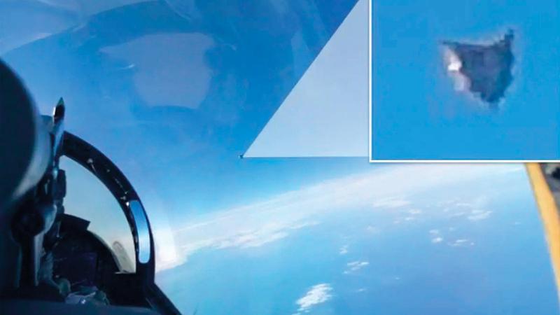 صورة لطائرة نشرتها «البنتاغون» وهي تلتقط صورة جسم غريب طائر.  من المصدر