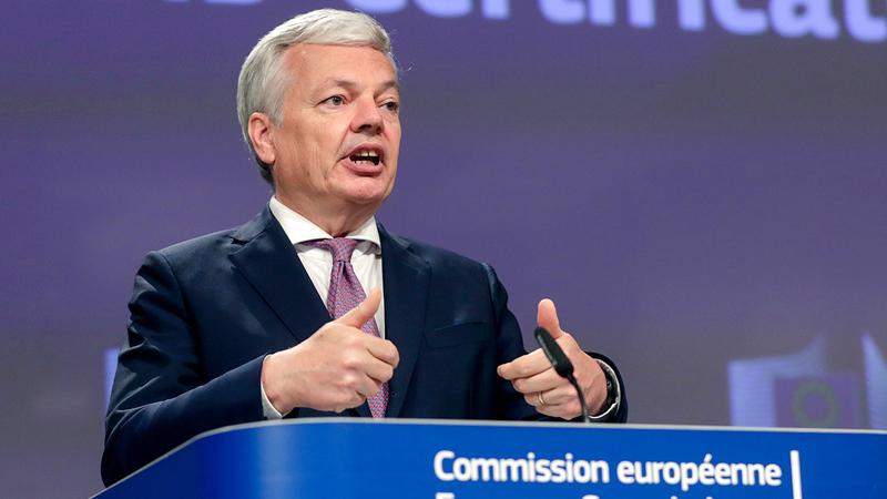 مفوض العدل بالاتحاد الأوروبي ديدييه رايندرز يتحدث عن «جواز سفر كورونا» في بروكسل. أ.ب