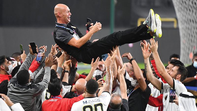 لاعبو الجزيرة خلال الاحتفال مع مدربهم كايزر بعد الفوز بدرع الدوري.   تصوير: إريك أرازاس