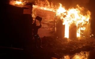الصورة: بالصور:  بركان في الكونغو يثير فزع الناس في مدينة جوما