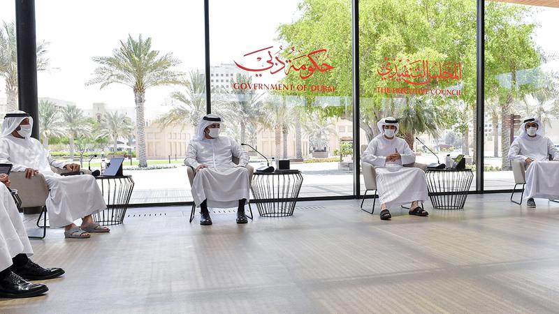 حمدان بن محمد خلال ترؤسه اجتماع «تنفيذي دبي» بحضور مكتوم بن محمد.   وام