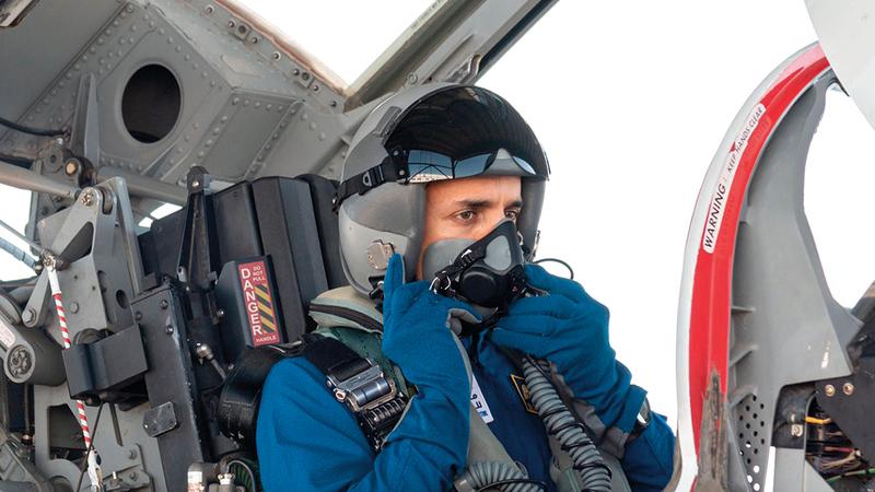 المنصوري خلال التدريب في الطائرة.   من المصدر