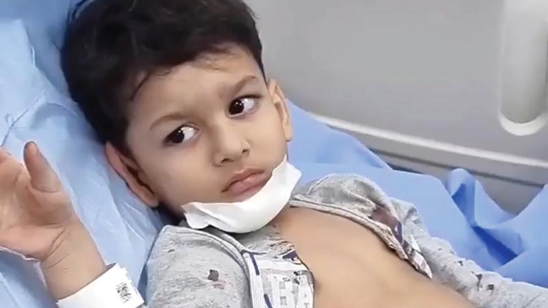 الطفل أثناء تلقيه الإسعافات الأولية عقب إنقاذه.   من المصدر