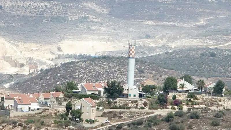 «عناب» الجاثمة فوق أراضي قريتَي بيت ليد ورامين.   الإمارات اليوم