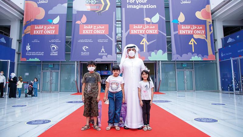 الحوسني وعائلته خلال زيارة المهرجان.  من المصدر