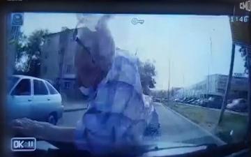 الصورة: بالفيديو.. سائق مخمور يقتل مسناً ويهرب.. والشرطة تعتقله