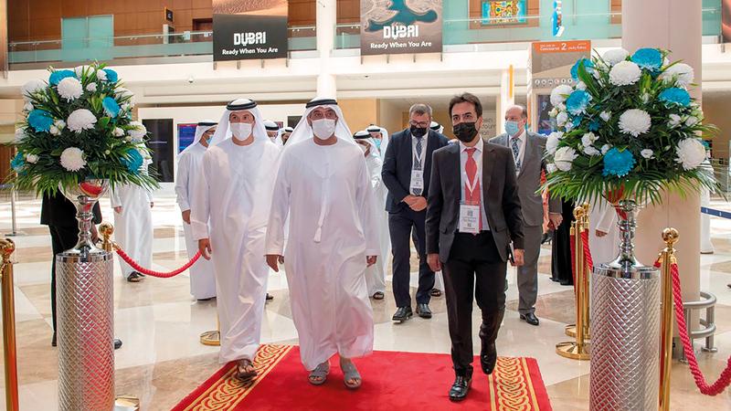 أحمد بن سعيد خلال افتتاحه فعاليات الدورة الـ20 من «معرض المطارات».   وام