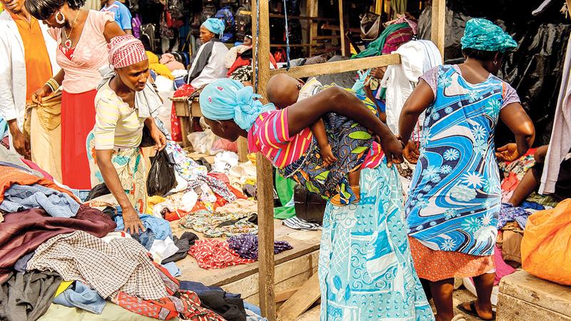 الكثير من المنسوجات الأوروبية المستعملة يجد طريقه إلى الأسواق الإفريقية.   أرشيفية