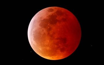 """الصورة: """"قمر الدم العملاق"""" يظهر الأربعاء ولن يعود إلا في 2033"""