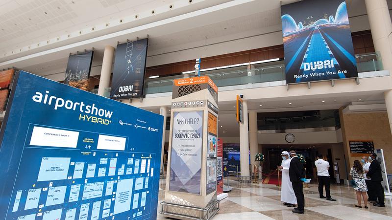 مسؤولون أكدوا خلال «معرض المطارات» اعتماد الإمارات تقنيات غير مسبوقة للحفاظ على التشغيل الآمن للطائرات والمطارات.   تصوير: أحمد عرديتي