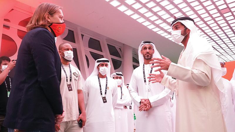 راشد بن حميد يتحدث مع نجوم كرة القدم في المؤتمر.  من المصدر