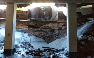 الصورة: حفرة ضخمة تبتلع سيارتين في إيطاليا