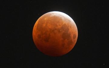 الصورة: بالصور.. قمر الدم العملاق متوهجاً وكأنه على كوكبنا
