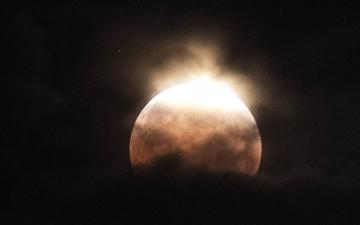 """الصورة: التفاصيل الكاملة لظهور """"قمر الدم العملاق"""""""