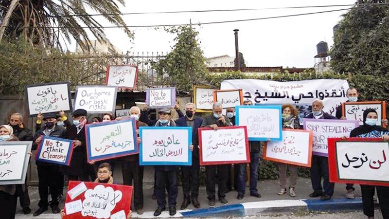 سكان الحي وعدد من المتضامنين معهم في وقفة احتجاجية.   الإمارات اليوم