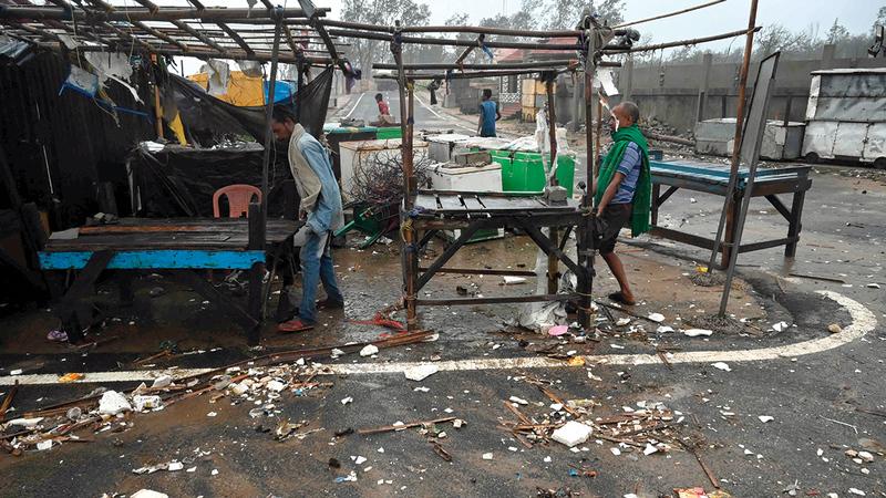 بعض من تضرروا يحاولون نقل عرباتهم وممتلكاتهم إلى مكان أكثر أمناً.   أ.ف.ب