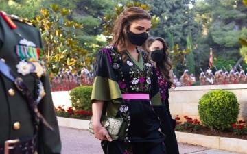 الصورة: بالصور.. الملكة رانيا تثير ضجة بحقيبة من تصميم مصري... تعرف إلى سعرها