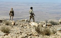 الصورة: القوات اليمنية تحبط هجوماً برياً وبحرياً للميليشيات في الحديدة