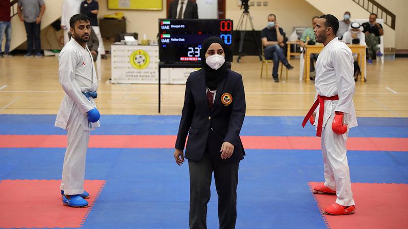 أمينة دشتي خلال إدارة منافسات سابقة للكاراتيه. من المصدر